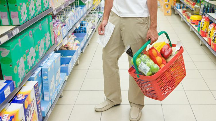 Le prix du panier moyen des consommateurs a de nouveau augmenté en 2012 (+3,49%), relève Familles rurales dans son Observatoire annuel à paraître jeudi 10 janvier 2013. (CHRISTOPH MARTIN / IMAGE SOURCE / AFP)