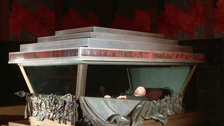 Le catafalque de Lénine dans son mausolée de la place Rouge, à Moscou (1993)   (Oleg Lastoshkin  / Ria Novosti / AFP)