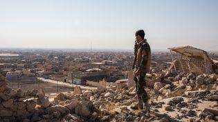 Un soldat yézidi à Mossoul (Irak), le 28 novembre 2016. (OLYA MORVAN / HANS LUCAS)