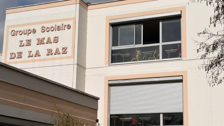 """Le groupe scolaire """"Le Mas de la Raz"""" de Villefontaine en Isère. Le directeur de l'établissement avait été mis en examen pour le viol de plusieurs enfants avant de se suicider en prison. (PHILIPPE DESMAZES / AFP)"""