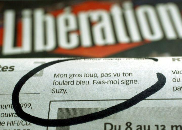 """Policiers et terroristes utilisent les annonces messages personnels du quotidien Libération, pour communiquer. Dans l'annonce du 3 mars 2004 : """"Mon gros loup (terroriste), pas vu ton foulard bleu (la bache bleue ou les policiers devaient deposer la rancon). Signe Suzy (Police)."""" (PHOTOPQR / LE DAUPHINE LIBERE / MAXPPP)"""