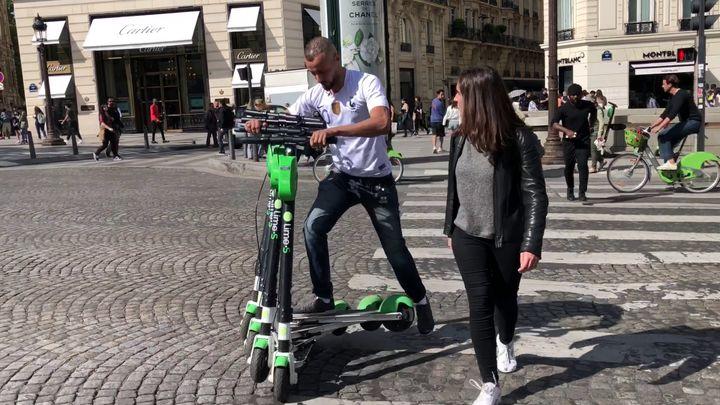 """Imad, """"juicer"""" de trottinettes électriques, ramassant des engins dans Paris, le 6 juin 2019. (CAMILLE ADAOUST / FRANCEINFO)"""