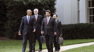 Barack Obama et Xi Jinping marchent dans le jardin de la Maison Blanche, le 25 septembre 2015, à Washington. (LAN HONGGUANG / XINHUA / AFP)