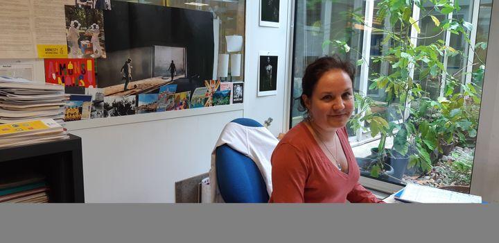 La coordinatrice du centre d'accueil et d'orientation et d'accompagnement de Médecins du monde à Paris, Aline Merabtene. (BENJAMIN  ILLY / FRANCE-INFO)