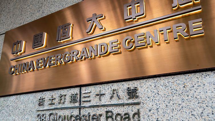 Une plaque de China Evergrande Centre au pied de son immeuble à Hong Kong (KATHERINE CHENG / MAXPPP)