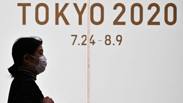 Le logo des Jeux Olympiques de Tokyo, ici le 24 mars 2020. (CHARLY TRIBALLEAU / AFP)