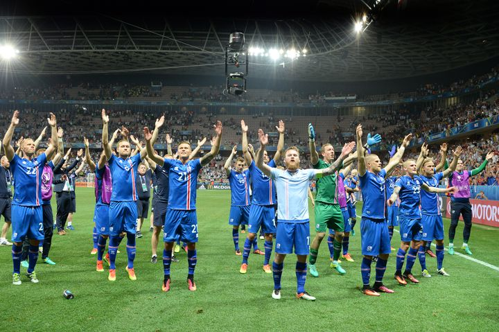 L'équipe islandaiseaprès sa victoire contre l'Angleterre, à Nice, le 27 juin 2016. (FEDERICO GAMBARINI / DPA / AFP)