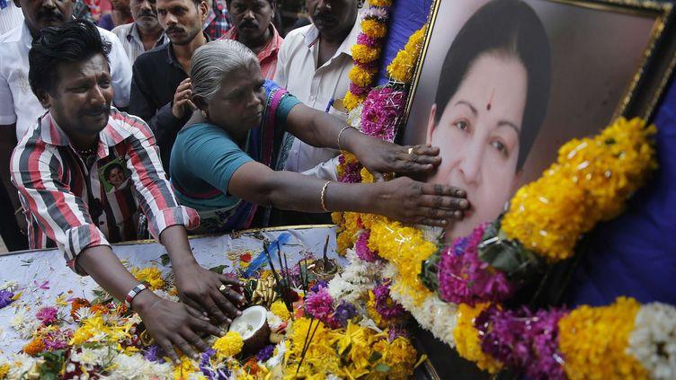 Devant le siège du parti tamoul All India Anna Dravida Munnetra Kazhagam (AIADMK), des milliers d'Indiens rendent hommage à celle qui était devenue, en 1991, ministre en chef du Tamil Nadu, son Etat natal. Idolâtrée par ses partisans, la dirigeante tamoule jouissait d'une notoriété hors norme acquise grâce à une carrière cinématographique. Malgré les accusations d'autoritarisme et deux séjours en prison pour des affaires de corruption, sa popularité est restée intacte. Son conseiller et homme de confiance, O Panneerselvam, qui avait déjà assuré l'intérim lors de ses démêlés judiciaires, lui a succédé quand Jayalalithaa Jayaram a succombé, le 5 décembre au soir, à une crise cardiaque à l'âge de 68 ans. (Rafiq Maqbool/AP/SIPA)
