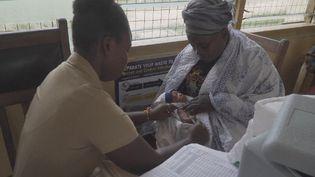 Une vaccination contre le paludisme est actuellement lancée au Ghana. Une maladie qui tue chaque année des centaines de milliers de personnes, surtout en Afrique. (France 24)