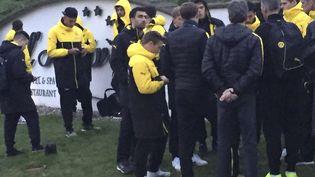 Les joueurs du Borussia Dortmund après l'explosion près de leur bus, le 11 avril 2017 à Dortmund (Allemagne). (CARSTEN LINHOFF / AP / SIPA)