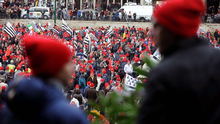 Des manifestants, à Quimper, arborent un bonnet rouge, le 2 novembre 2013. (JEAN-SEBASTIEN EVRARD / AFP)