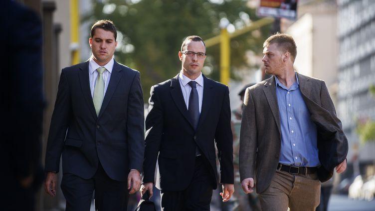 Oscar Pistorius arrive à la cour de justice de Pretoria (Afrique du Sud), le 14 mai. (GIANLUIGI GUERCIA / AFP)