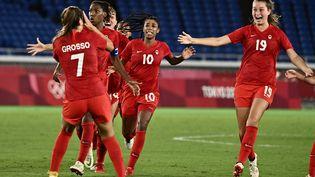 La joie des Canadiennes, championnes olympiques face à la Suède vendredi. (JEFF PACHOUD / AFP)
