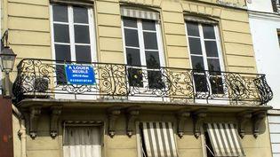 Une annonce pour la location d'un appartement meublé, à Paris, le 1er juillet 2015. (MAXPPP)