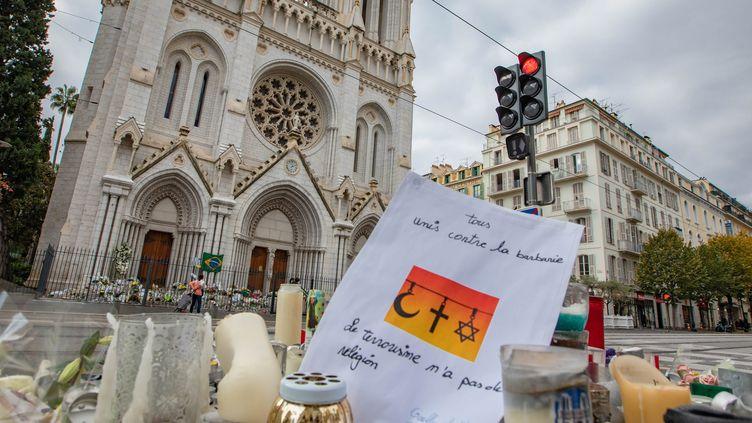 Depuis l'attaque au couteau, les Niçois déposent des fleurs en hommage aux victimes de l'attentat commisà la basilique Notre-Dame de l'Assomption. (ROLAND MACRI / MAXPPP)