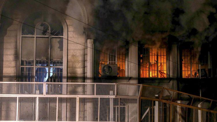 L'ambassade d'Arabie saoudite à Téhéran (Iran) en flammes, le 2 janvier 2016.  (REUTERS)