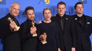 """Le réalisateur et les acteurs du film """"3 Billboards : les panneaux de la vengeance"""", de gauche à droite : Martin McDonagh (réalisateur), Sam Rockwell, Frances Dorman, Graham Broadbent et Peter Czernin. Le film a été l'un des grands gagnants de la soirée de récompenses.  (FREDERIC J. BROWN / AFP)"""