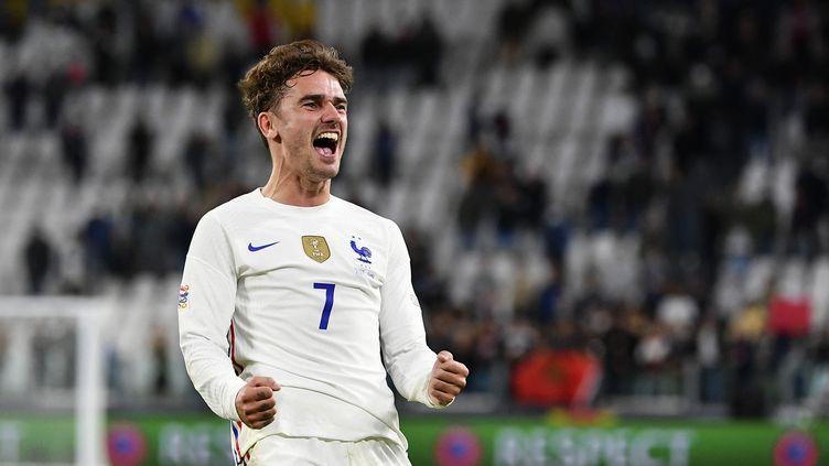 Antoine Griezmann célèbre la victoire de l'équipe de France contre la Belgique en demi-finale de la Ligue des nations le jeudi 7 octobre 2021 à l'Allianz Stadium de Turin. (ISABELLA BONOTTO / ANADOLU AGENCY / AFP)