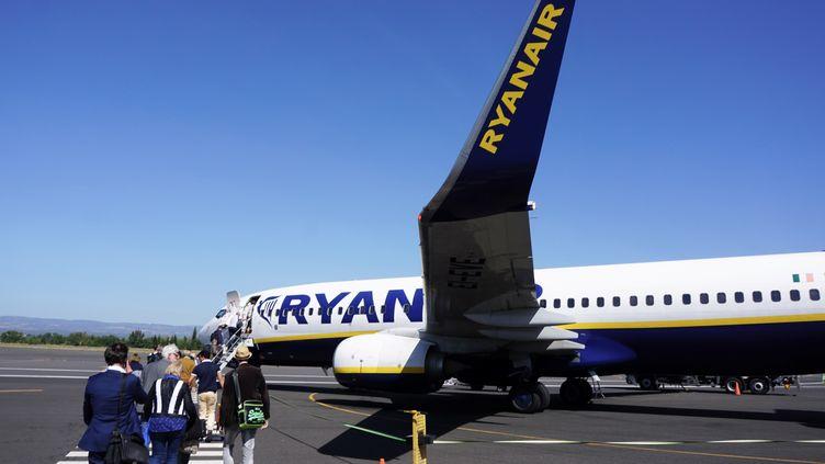 Embarquement de passagers sur un vol Ryanair sur l'aéroport de Carcassonne (Aude). (EMMANUEL DUNAND / AFP)