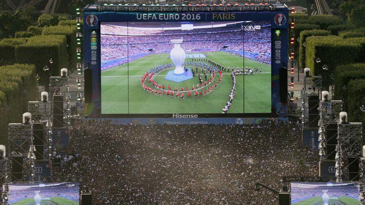 (La fanzone sur le Champs-de-Mars à Paris © GEOFFROY VAN DER HASSELT / AFP)