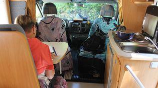 Marie est venue au rassemblement des électrosensibles, dans les Hautes-Alpes,avec son camping-car. La nuit, elle dort dans une tente car le véhicule émet des ondes qui perturbent son sommeil. (JEROMINE SANTO GAMMAIRE / FRANCETV INFO )