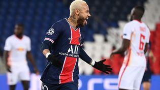 Le joueur parisien Neymar buteur contre Leipzig en Ligue des champions mardi 24 novembre 2020 à Paris. (FRANCK FIFE / AFP)