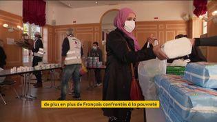 De jeunes parents dans la précarité viennent chercher des produits pour bébés (FRANCEINFO)