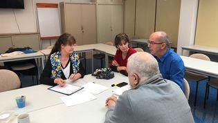 Christine, Carine, Olivier et Philippe (de dos), tous directeurs et directrices dans le Val d'Oise, en réunion dans les locaux du syndicat UNSA. (ALEXIS MOREL / FRANCE-INFO)