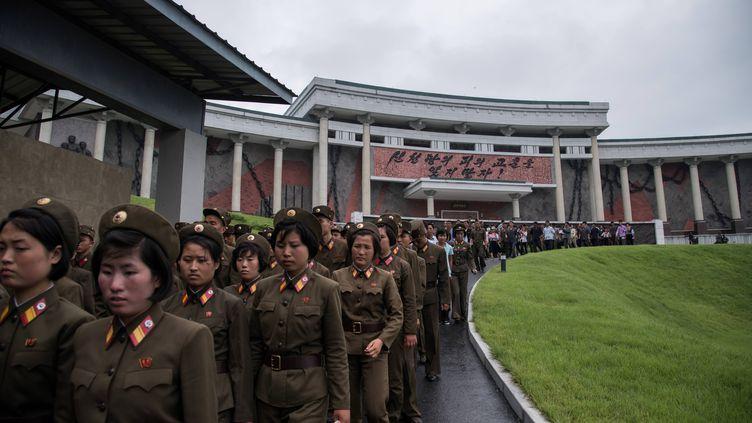 Des soldats de l'armée nord-coréenne, le 24 juillet 2017, au musée de Sinchon, ausud de Pyongyang. (ED JONES / AFP)