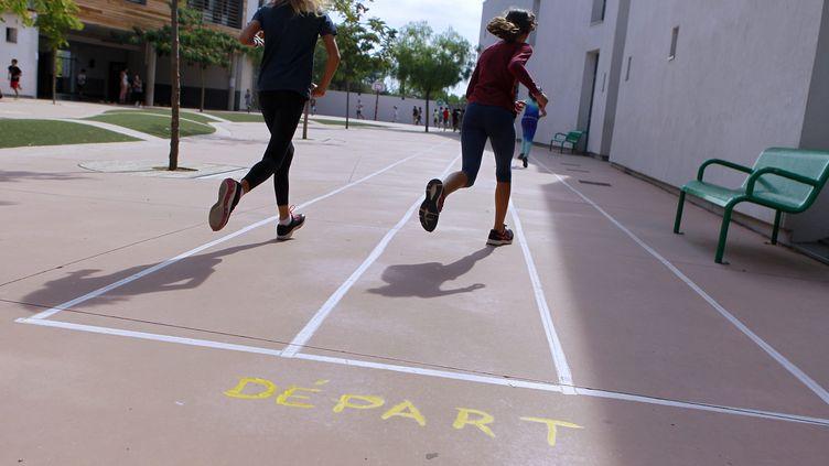 Des enfants participent a un cours de sport dans une école élémentaire de Montpellier, le 10 septembre 2018 (photo d'illustration). (GUILLAUME BONNEFONT / MAXPPP)