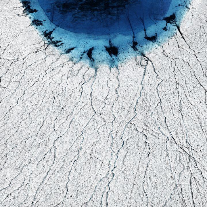 """""""Cette image est ma préférée, c'est vraiment ma signature, explique Timo Lieber à franceinfo. Le lac ressemble à un oeil, c'est vraiment comme si le changement climatique vous regardait droit dans les yeux."""" (Timo Lieber/ THAW)"""