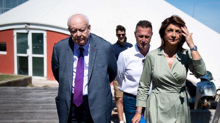 Le maire sortant (LR) de Marseille, Jean-Claude Gaudin, et Martine Vassal, la candidate (LR) dans les 6e et 8e arrondissements à la base nautique de la ville, le 24 juin 2020. (CLEMENT MAHOUDEAU / AFP)