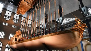 """Le """"Cannot de l'Emperueur"""" restauré, vaisseau cérémonial construit pour Napoléon Ier, à l'atelier des Capucins de Brest. (FRED TANNEAU / AFP)"""