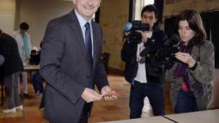 Jean-Louis Costes vote, le 23 juin 2013, à Fumel (Lot-et-Garonne). (JEAN-PIERRE MULLER / AFP)