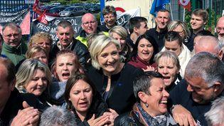 Marine Le Pen pose avec des sympathisants, le 26 avril 2017, devant l'usine Whirlpool d'Amiens (Somme). (AFP)