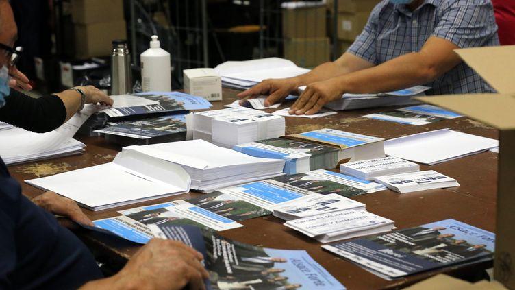 Desvolontaires effectuent la mise sous pli des professions de foi des candidats pour lesecond tour des élections départementalesdans le Haut-Rhin et le Bas-Rhin, à Colmar le 23 juin 2021 (VANESSA MEYER / MAXPPP)