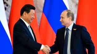 Les présidents chinois Xi et russe Poutine lors d'une cérémonie à Moscou, le 8 mai 2015. (KIRILL KUDRYAVTSEV / AFP)