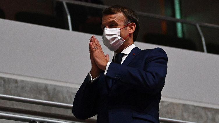 Emmanuel Macron avant le début de la cérémonie d'ouverture des Jeux olympiques 2021, vendredi 23 juillet au stade olympique national de Tokyo. (DYLAN MARTINEZ / AFP)