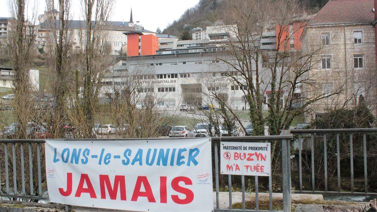 Devant l'hôpital Louis-Jaillon, à Saint-Claude (Jura), le 6 février 2020. Lesbanderoles ont étéaccrochées par le Comité de défense et de soutien de l'hôpital, afin de protester contre la fermeture de sa maternité. (GUILLEMETTE JEANNOT / FRANCEINFO)
