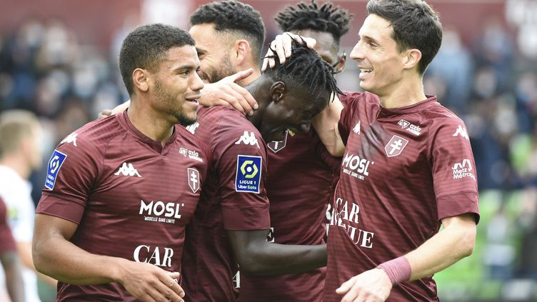 Ibrahima Niane, meilleur buteur de Ligue 1, félicité ici par ses coéquipiers du FC Metz. (JEAN-CHRISTOPHE VERHAEGEN / AFP)