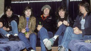 AC/DC dans le tour bus le 22 novembre 1985. De gauche à droite : Malcolm Young, Simon Wright, Brian Johnson, Angus Young et Cliff Williams.  (Ebet Roberts / redferns / Getty Images)