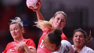 Les handballeuses du comité olympique de Russie ont pris le meilleur sur les Bleues aux Jeux olympiques de Tokyo. (DANIEL LEAL-OLIVAS / AFP)
