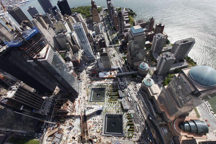 Le mémorial du 11-Septembre installésur l'ancien emplacement du World Trade Center,à New York (Etats-Unis), vu de haut,le 30 avril 2012. (LUCAS JACKSON / REUTERS)