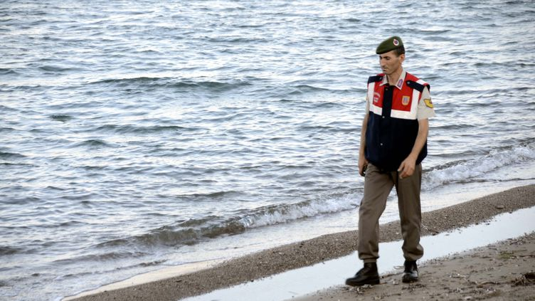 Mehmet Ciplak, le policier turc qui a retrouvé le corps du petit Aylan, sur une plage près de Bodrum (Turquie), le 6 septembre 2015. (DURMUS GENC / ANADOLU AGENCY / AFP)
