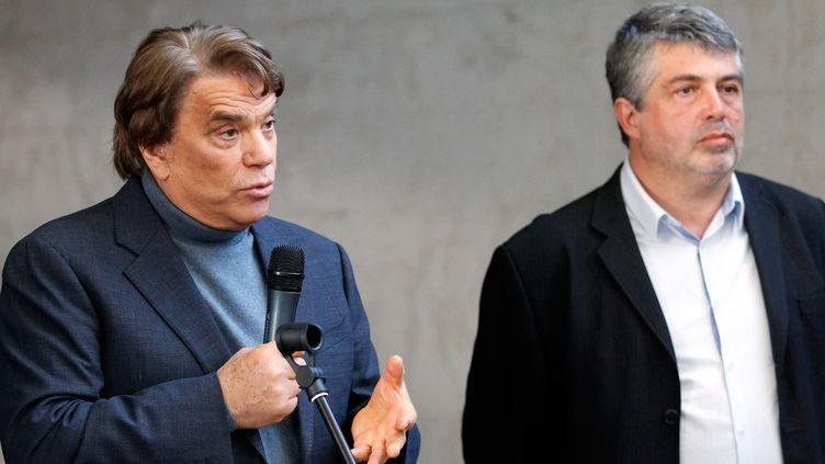 """Bernard Tapie s'adresse à des employés du quotidien régional """"Nice-Matin"""", le 13 mars 2013. (PASCAL POCHARD CASABIANCA / AFP)"""
