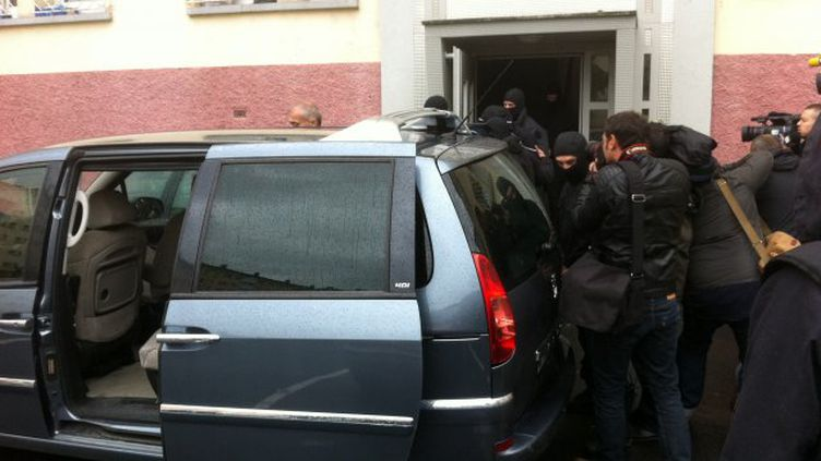 Les équipes du Raid et du GIGN en opération dans le quartier de la Meinau, à Strasbourg (Bas-Rhin), le 13 mai 2014. (FRANCE 3 ALSACE / FRANCETV INFO)