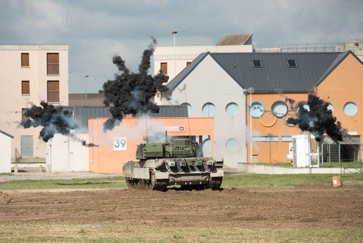 (Les explosions éclatent devant les anneaux olympiques © Armée de terre)