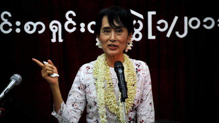 Aung San Suu Kyi pendant une conférence de presse à l'occasion de l'anniversaire de sa libération, le 14 novembre 2011 à Rangoun (Birmanie). (SOE THAN WIN / AFP)