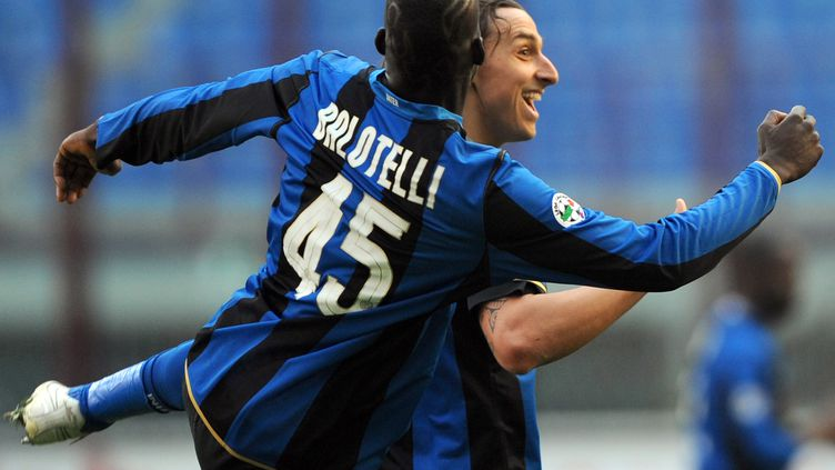 Ibrahimovic et Balotelli avec le maillot de l'Inter en 2009 (GIUSEPPE CACACE / AFP)