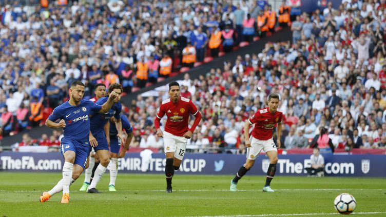 Eden Hazard inscrit le penalty en finale de Cup contre Manchester United (IAN KINGTON / AFP)